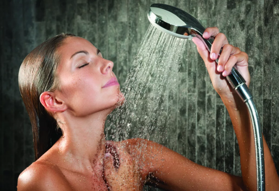 девушка принимает душ