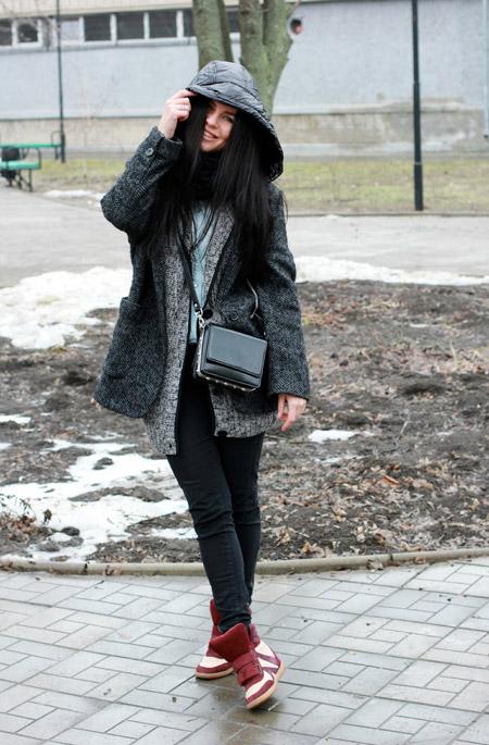 Короткое пальто, красные кроссовки