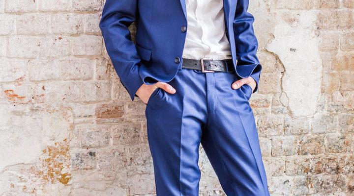 Какую рубашку надеть под синие брюки