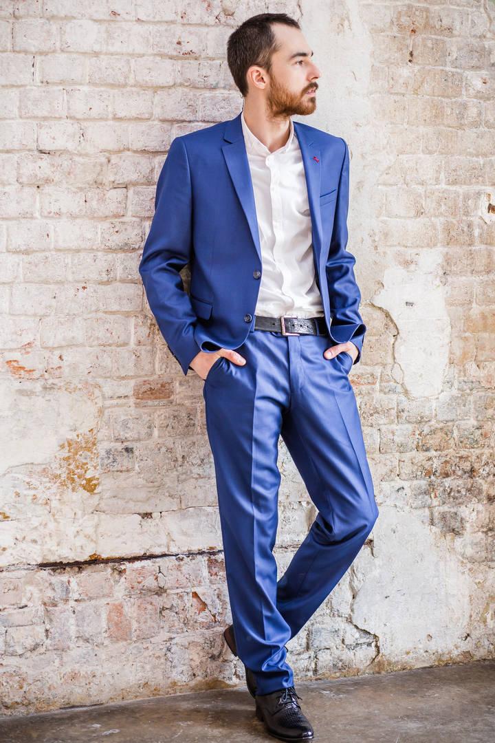 Рубашка и синие брюки