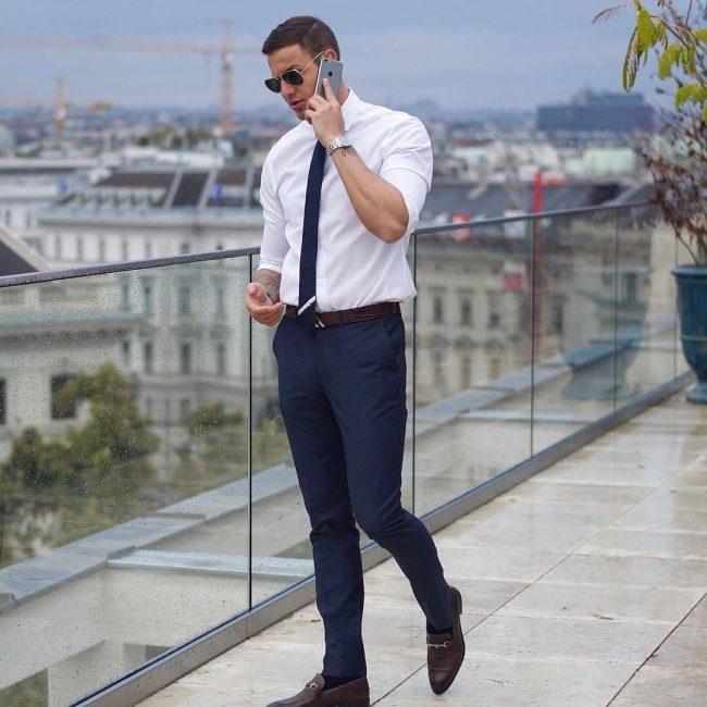 Рубашка с тёмно-синими брюками деловой стиль