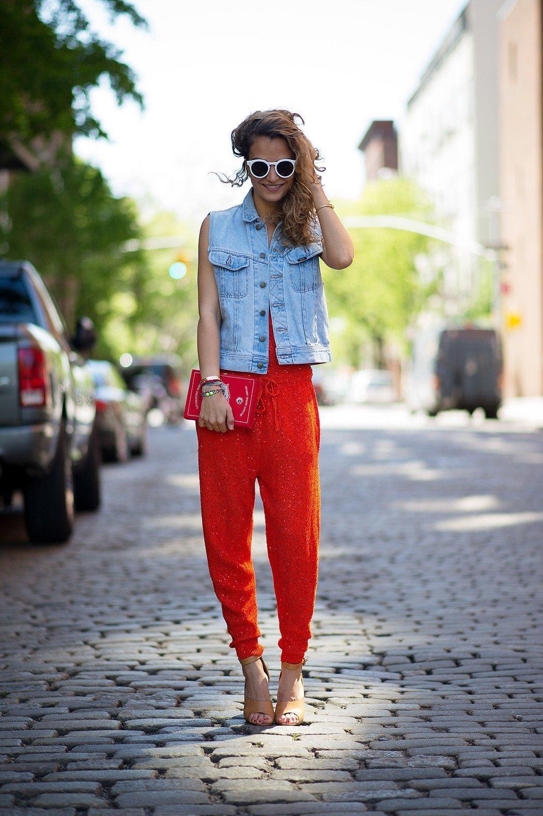 с чем одевать красные брюки фото каждый них наверняка