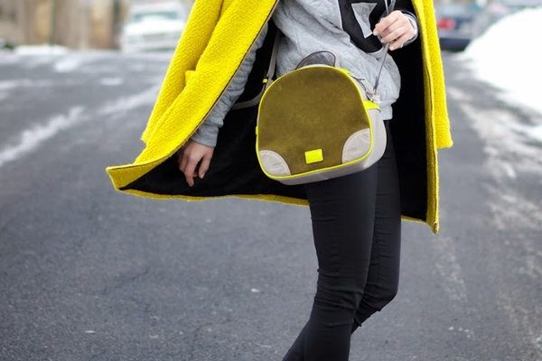 Как правильно сочетать женское пальто с кроссовками: правила и фото