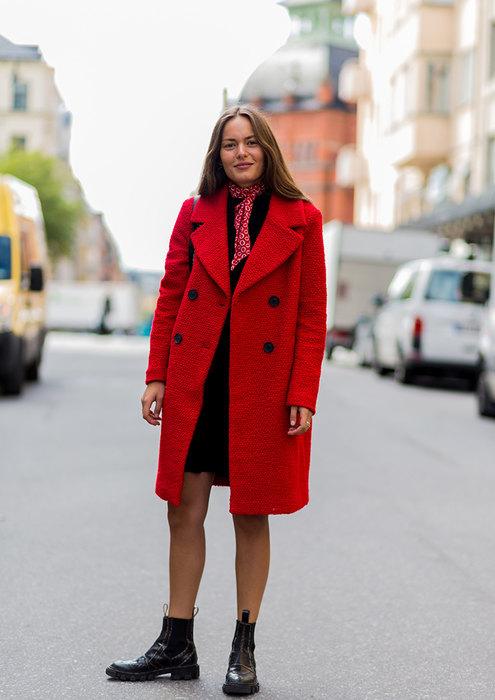 с красным пальто