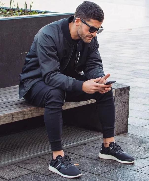 мужчина в черных кроссовках