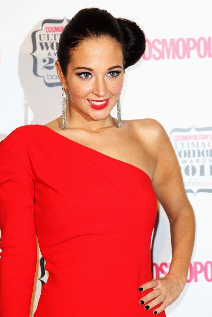 красное платье с одним рукавом