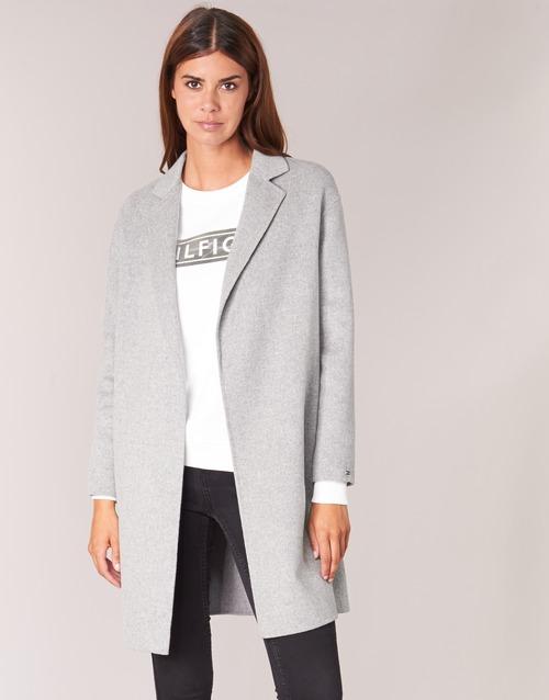 Серое пальто с футболкой и джинсами.