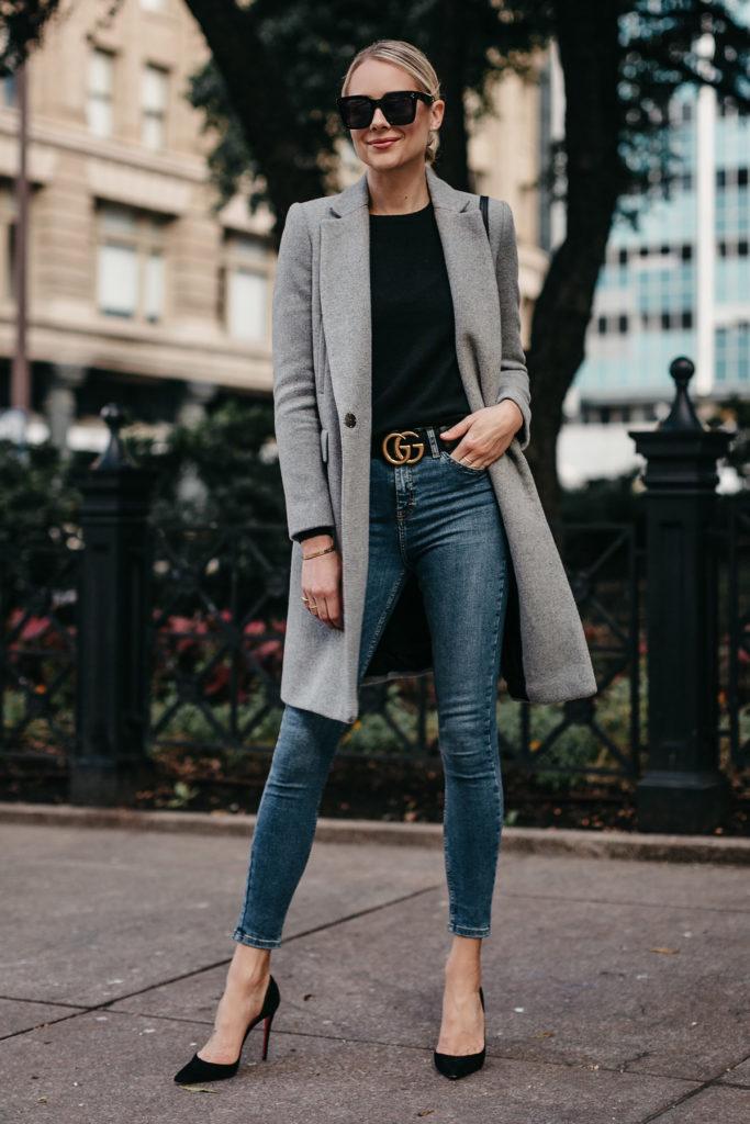 Пальто с джинсами.