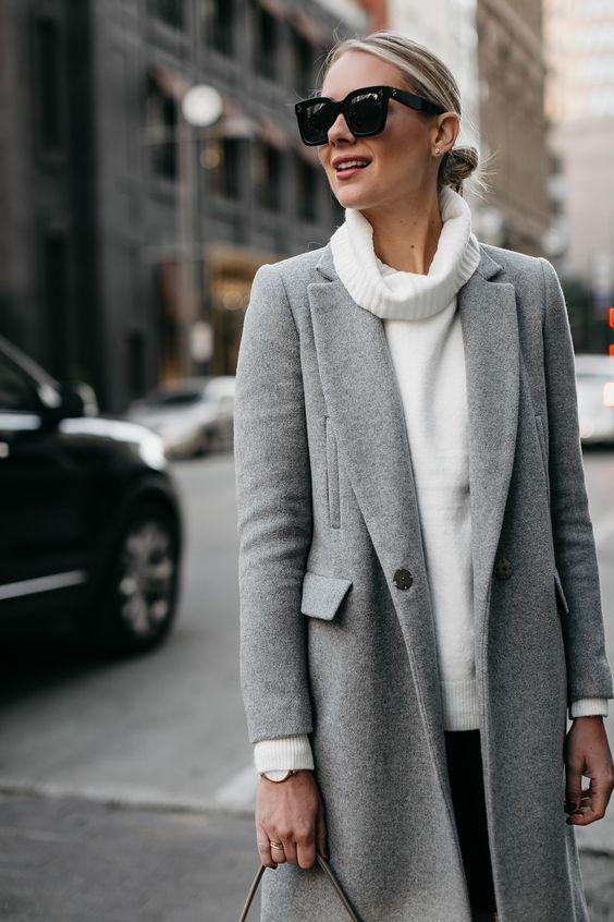 Серое пальто с белым свитером.