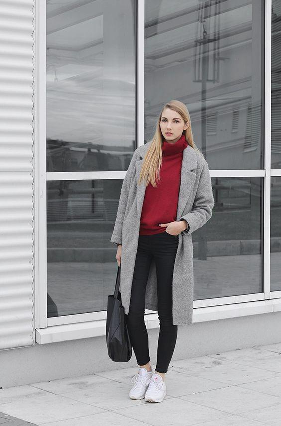 Серое пальто с бордовым джемпером.