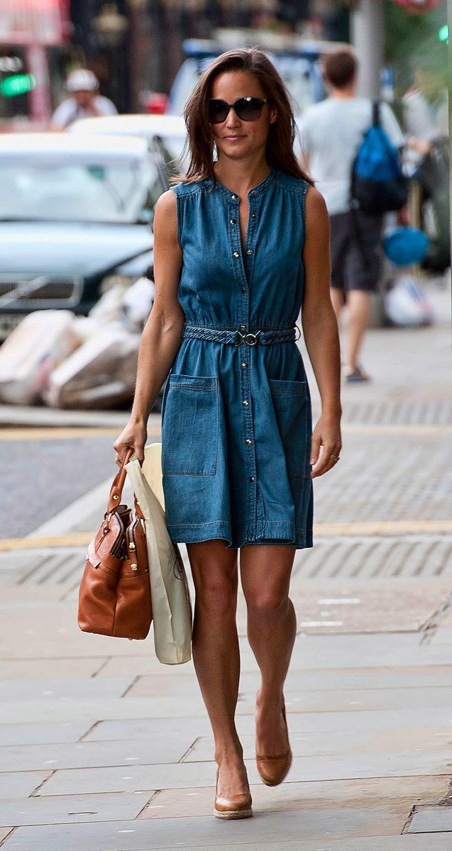Коричневые туфли и джинсовое платье