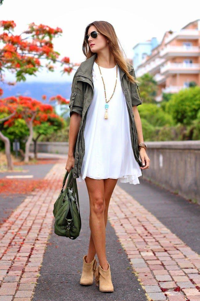 Коричневые туфли и белое платье