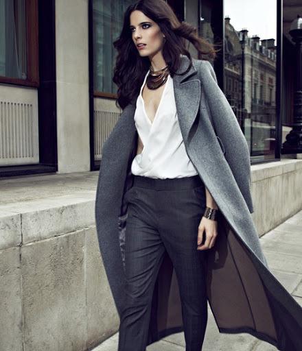 Серое пальто с белой блузкой.