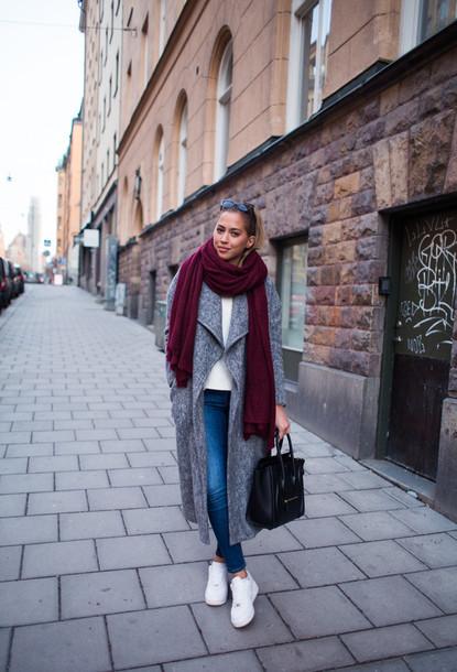 Серое пальто с шарфом.