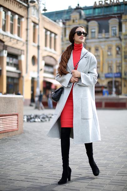 Серое пальто с красной юбкой.